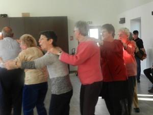 Au son de l'accordéon c'est la farandole qui réunit chanteurs et danseurs