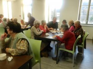 Tout se termine autour d'une table pour la dégustation du café et des crêpes... Et le partage des souvenirs et projets!