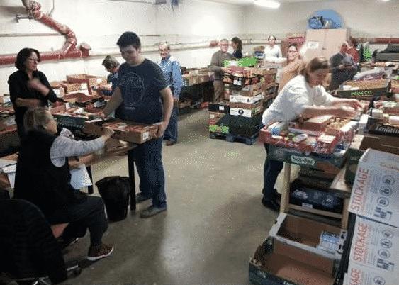 Les bénévoles de la SSVP en action pour la collecte alimentaire