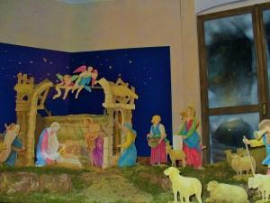 Crèche réalisée pour l'église Sant'Abbondio (Noël 2015, Cremona, Italie). Le réalisateur s'est inspiré de la tradition populaire : dans une famille pauvre des années 30, les enfants de la maison ont découpé les figurines en papier des personnages de la crèche pour rendre hommage à ce mystère d'humilité.