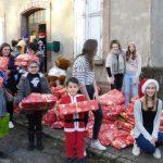un-moment-de-partage-avec-des-enfants-de-refugies-un-bel-exemple-de-generosite-des-confirmands-photo-rl-1482082508