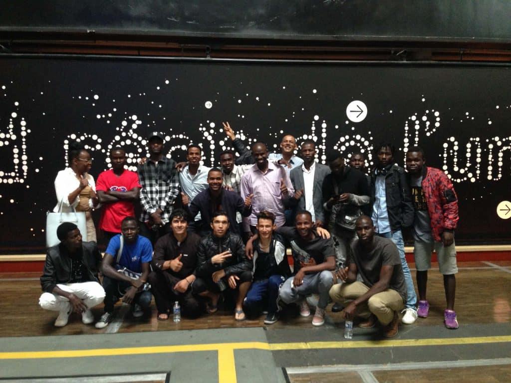 Bénévoles de la Société de Saint-Vincent-de-Paul et jeunes migrants en sortie culturelle à Paris